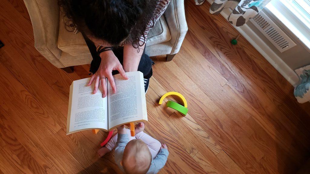 Mamma che legge il libro - approccio educativo di Magda Gerber