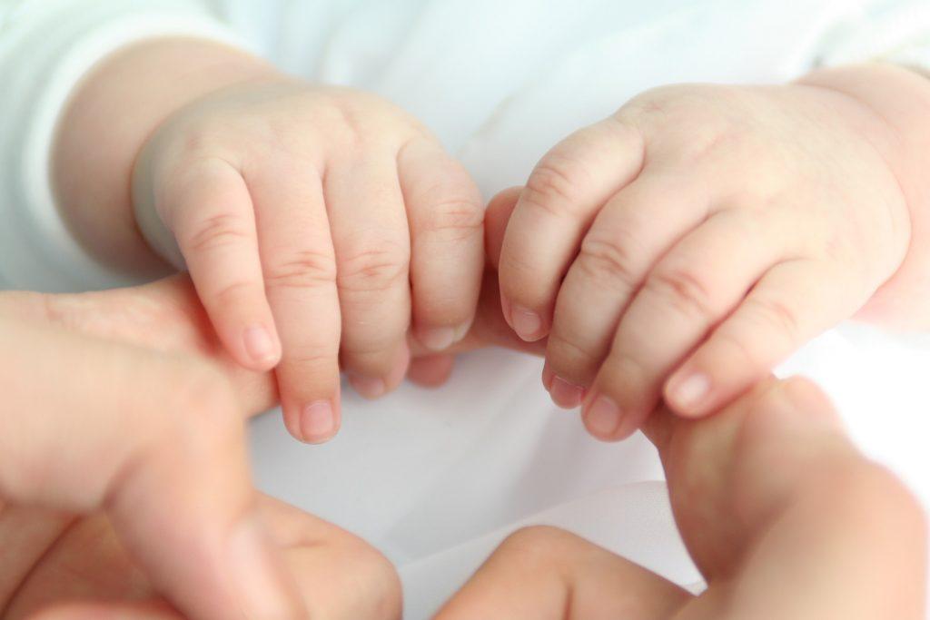 mani neonato - metodo pedagogico di Madga Gerber