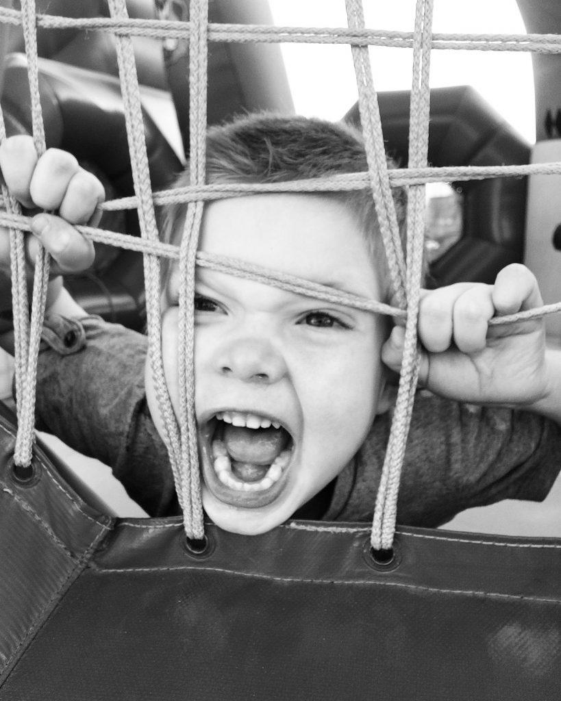 Bambino che urla - Genitori severi o permissivi