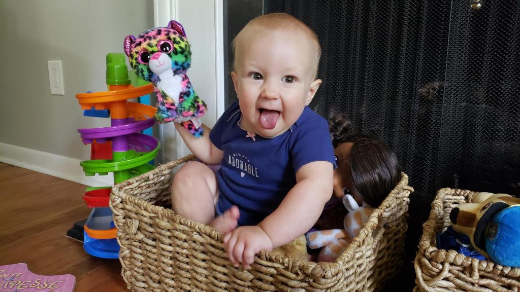 mio figlio si comporta male - bimba nella cesta dei giocattoli